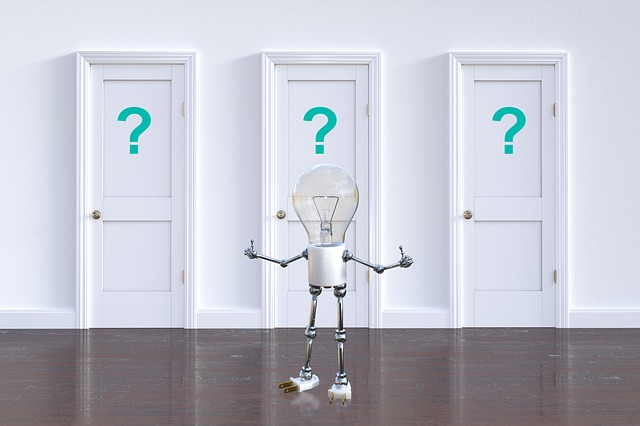 豆電球のロボットと?マークの付いた3つの扉の画像
