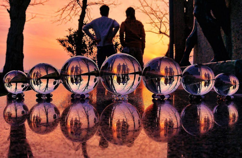 夕焼けに2人の男性と7つの水晶の画像