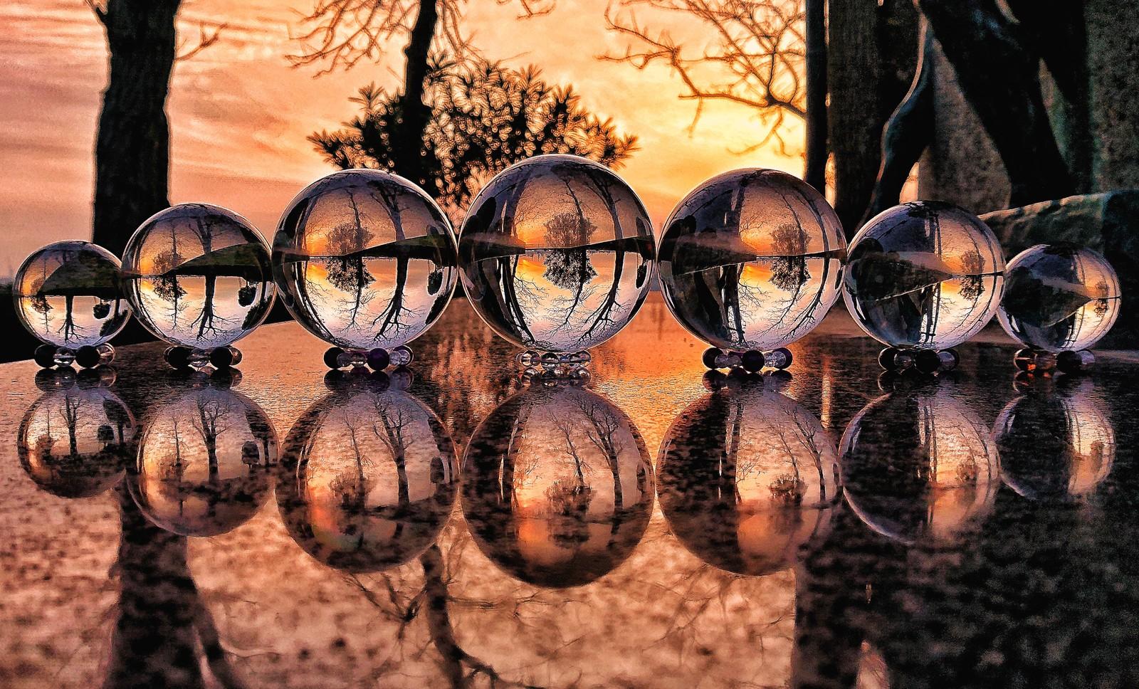 占いに使う水晶が7個が夕焼けに照らされている画像