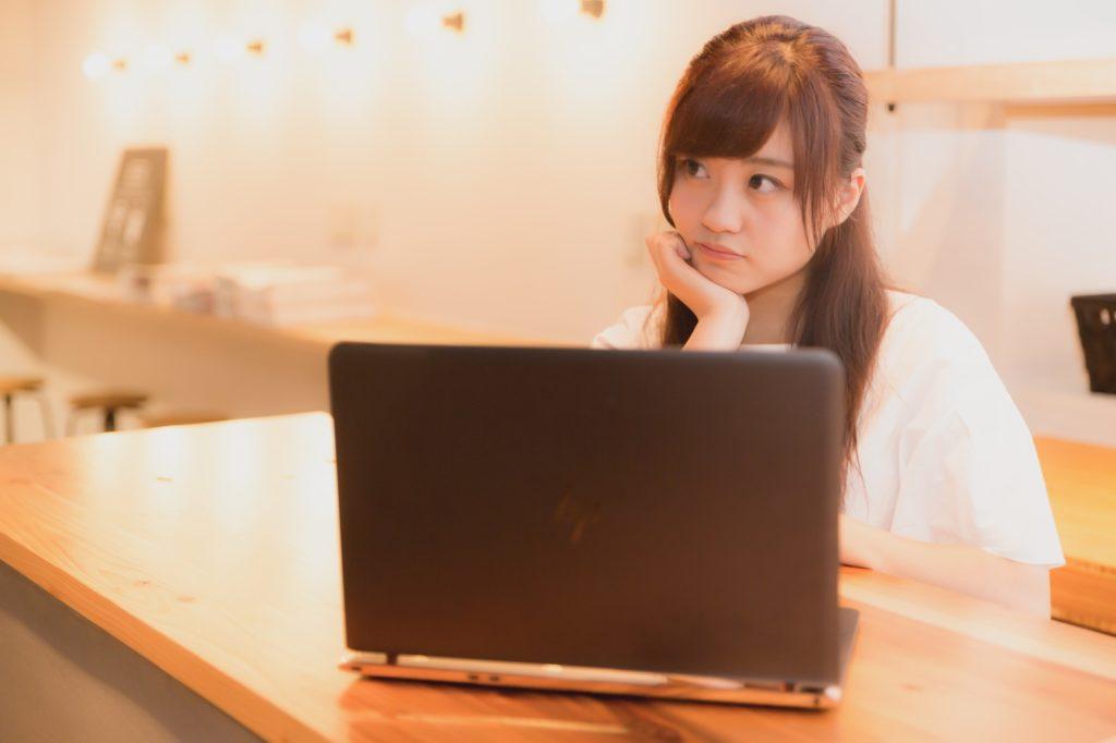 パソコンをしている女性の画像