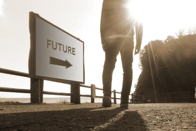 FUTUREと書かれた駅に立っている男性の足元の画像