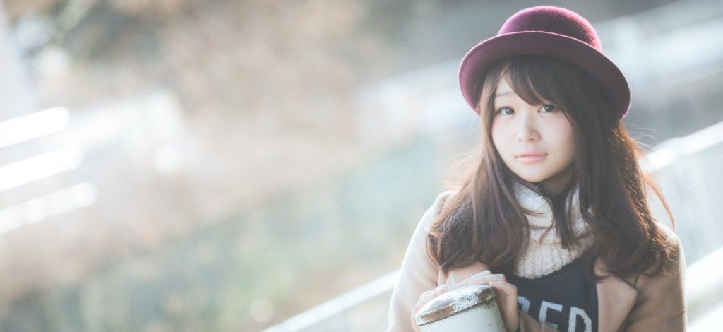 帽子を被った女性の画像