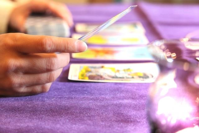 タロットカードをしている人の手元の画像