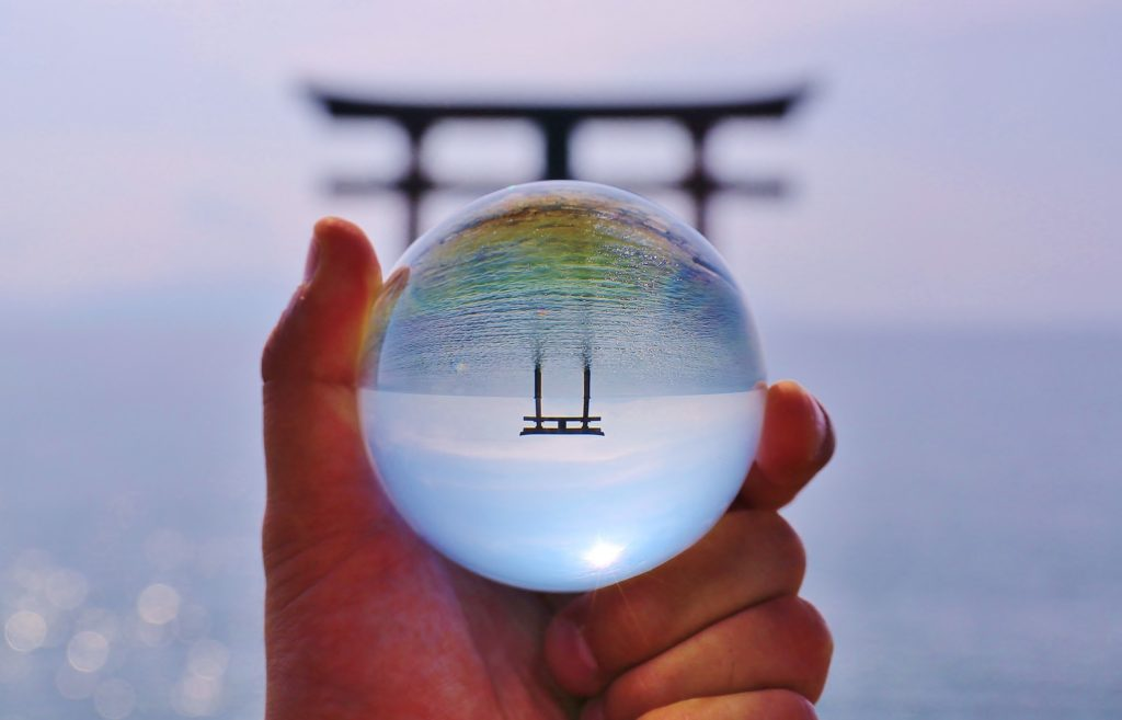 水晶に写る海と鳥居の画像
