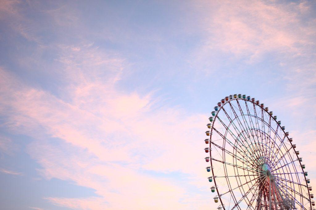 夕焼けの空に観覧車の画像