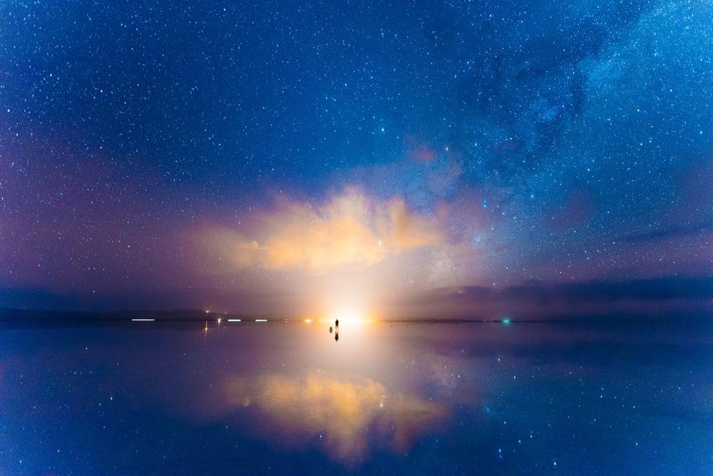 ウユニ塩湖の夕日が沈む画像