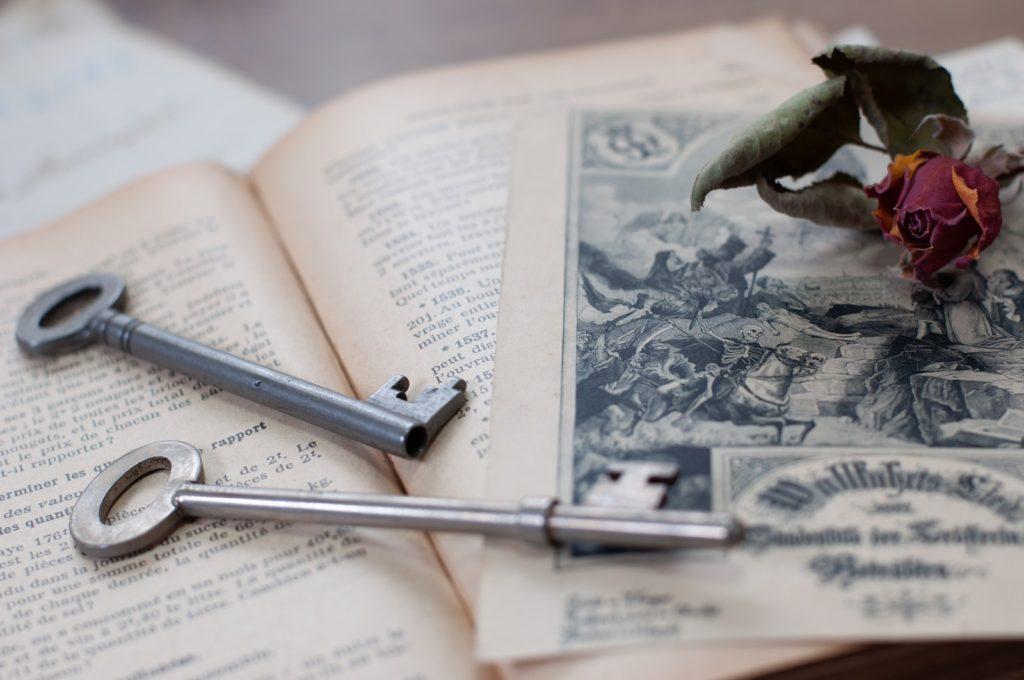 鍵と古い書籍の画像