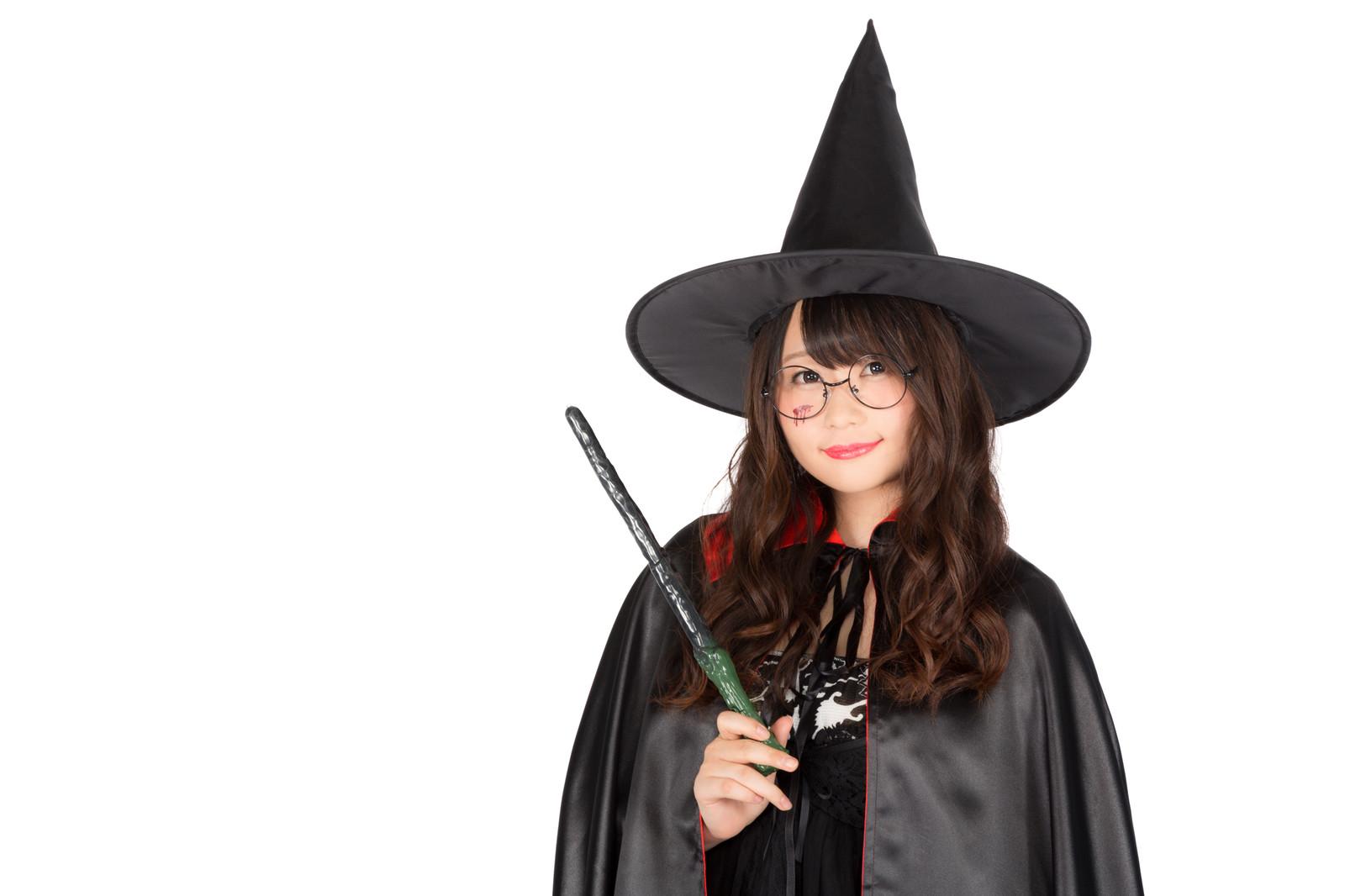 占い師の集客について指導している魔女の恰好をした女性の画像