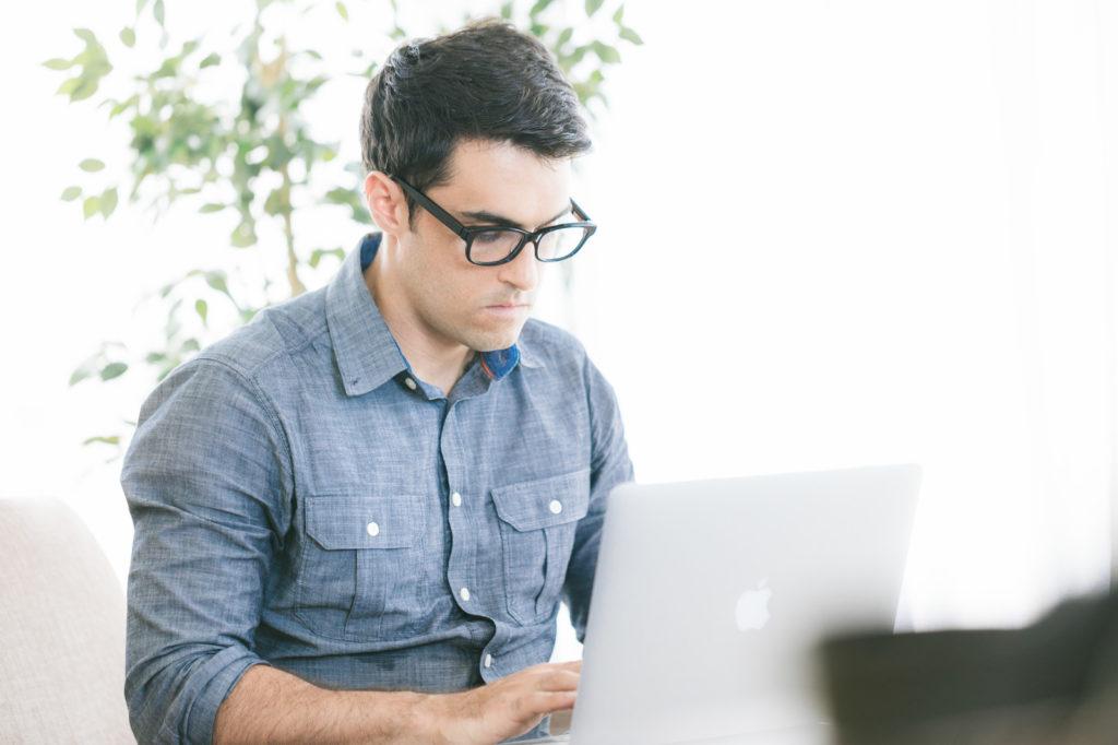 休憩なしでパソコン作業をしている男性の画像