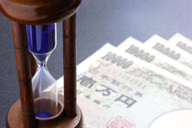 砂時計と1万円札の画像