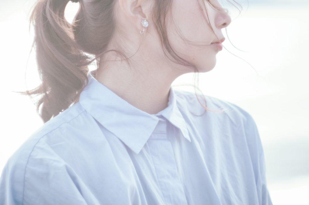 寂しげな女性の横顔の画像