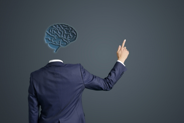 月曜断食で起こる好転反応のメカニズムを説明しているスーツ姿の男性の後ろ姿の画像
