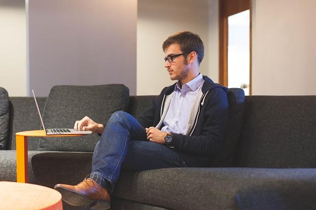 パソコンで仕事している男性の画像