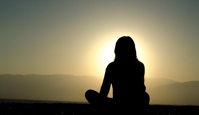 日に照らされている女性のシルエットの画像