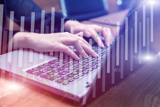 パソコンで仕事している女性の手元の画像