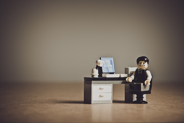 レゴ人形がパソコンの前に座っている画像