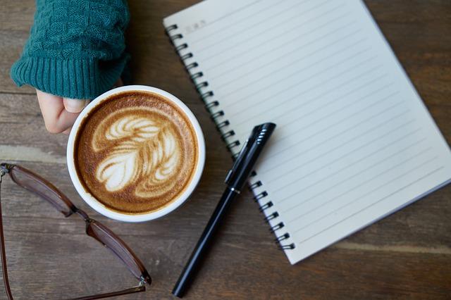シンプルライフをコーヒーを飲みながら過ごしている人の手元の画像
