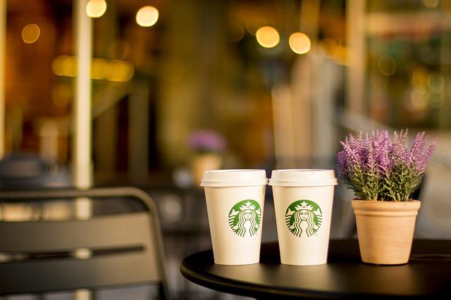 スタバのコーヒーが2つの画像