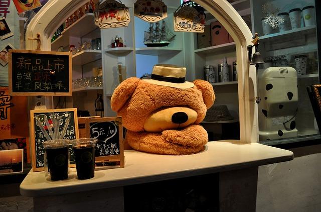 貯金がないとレジ前で落ち込んでいる熊のぬいぐるみの画像