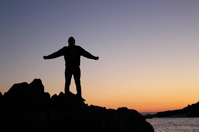 夕日に照らされる男性のシルエットの画像