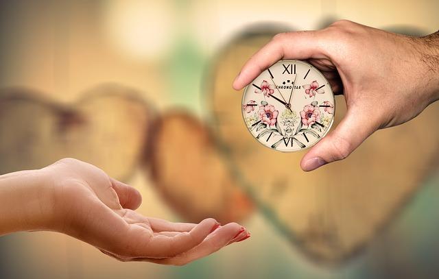 目覚まし時計を手渡ししている画像