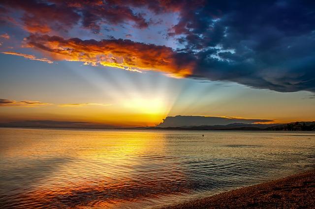 夕日に照らされる海の画像
