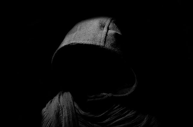 黒いフードを被った人の画像