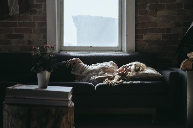 金縛りの前兆が起きて寝ている女性の画像