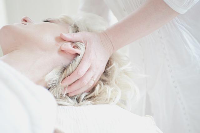 頭のマッサージを受けている女性の画像