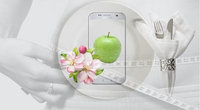 お皿と青リンゴの画像