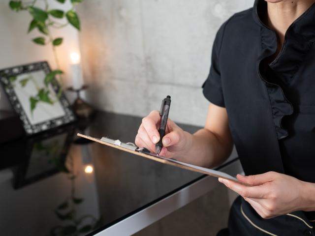 問診票を記入している施術スタッフの画像