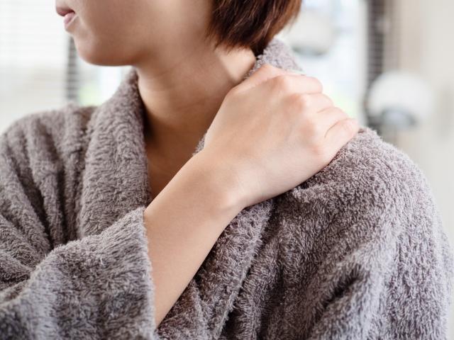 疲れた肩を触れている女性の画像
