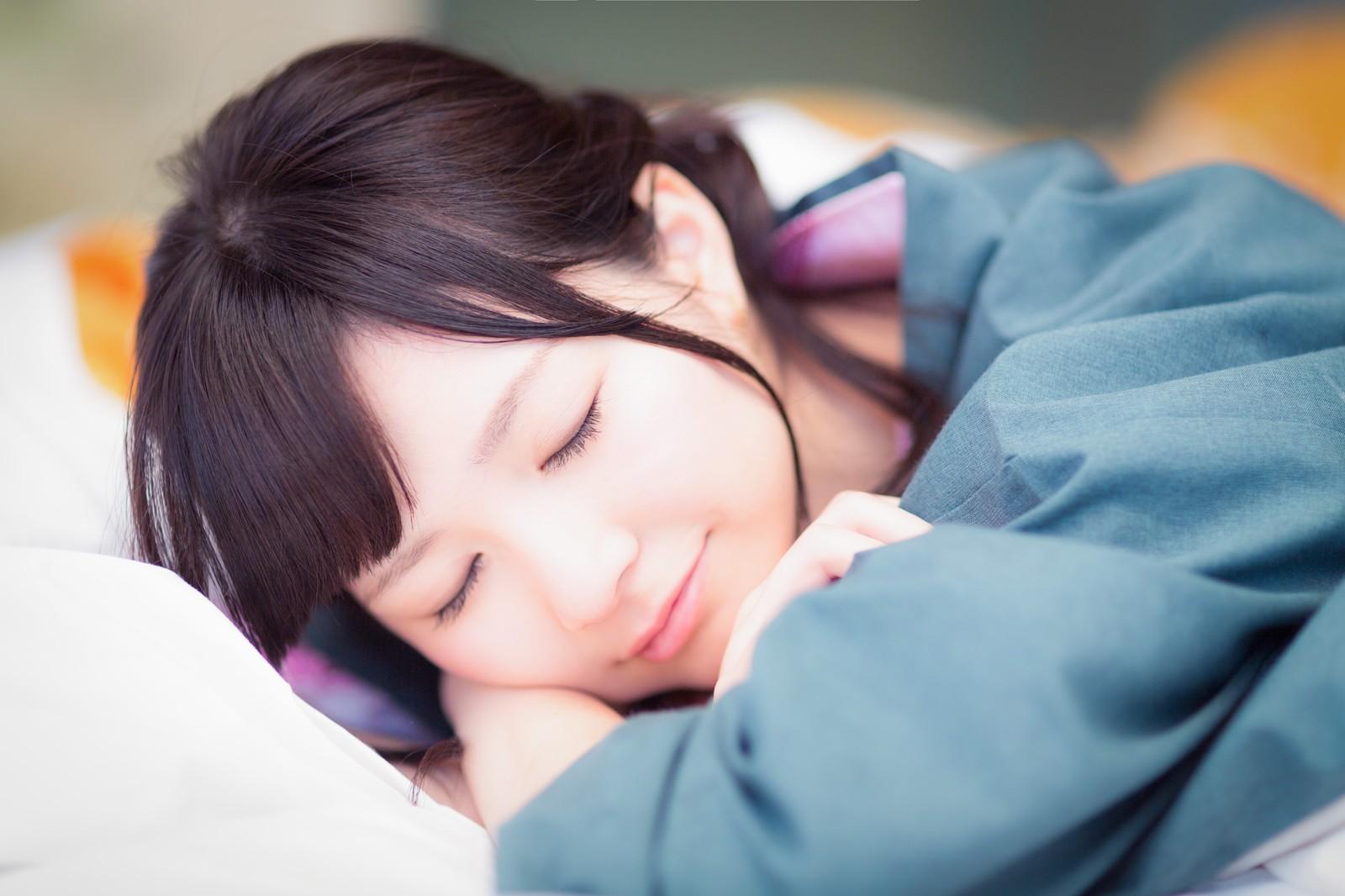 マッサージ中で寝ている女性の横顔の画像