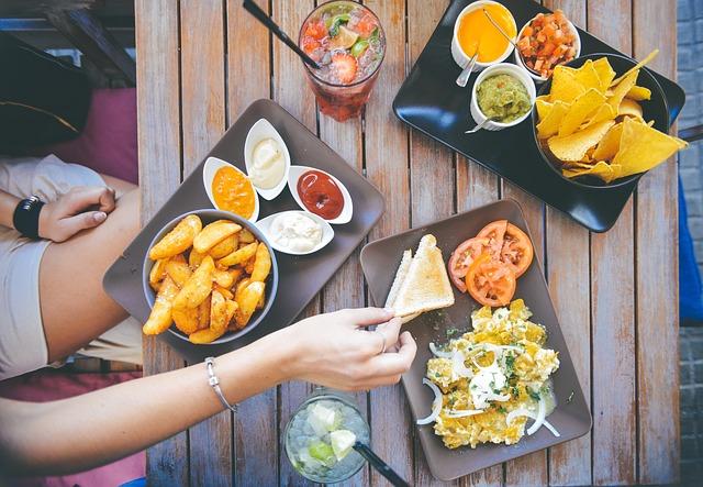 高カロリーな食事をしている画像