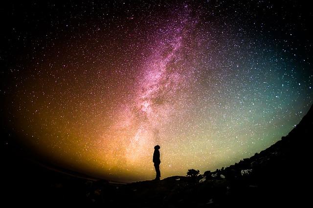 個性とは何か星空の下で悩んでいる男性のシルエットの画像