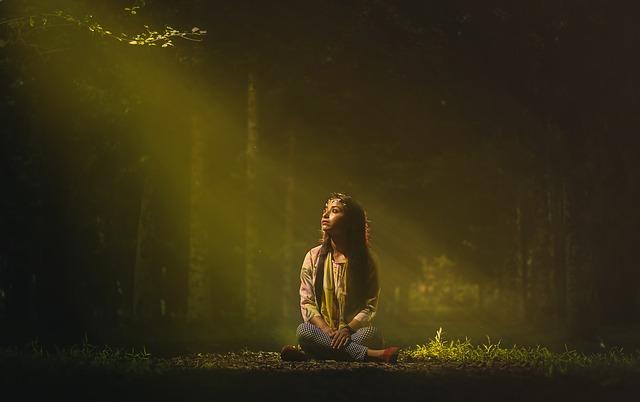森の中1人で座っている女性の画像