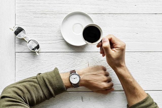 コーヒーを飲んでいる男性の手元の画像