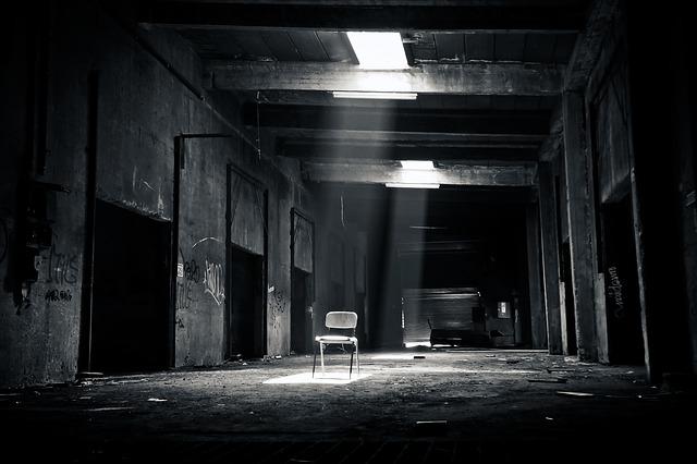 廃墟の中にある椅子の画像