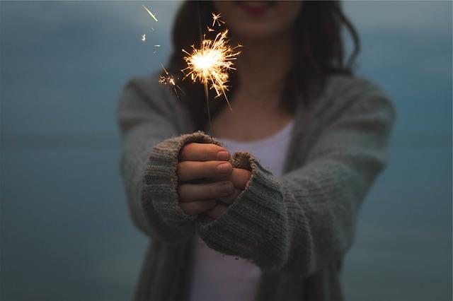 両手で花火を持っている女性の画像