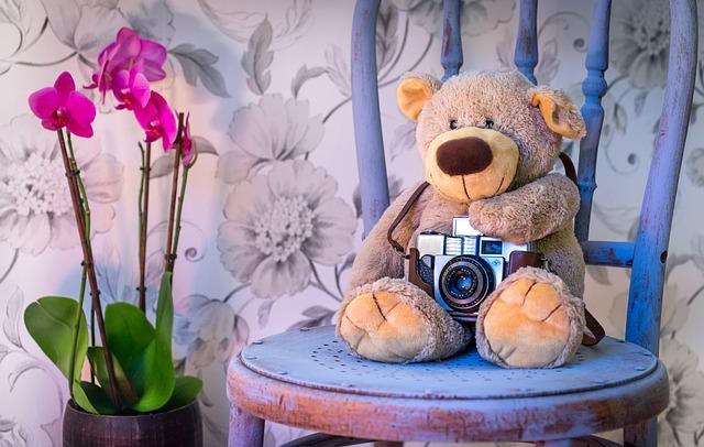 椅子に熊のぬいぐるみの画像