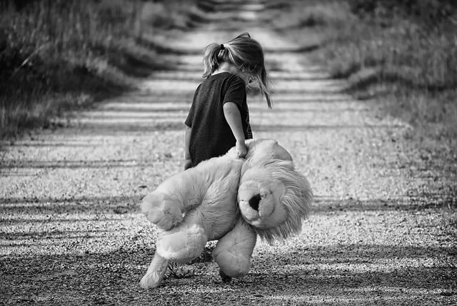 大きな熊のぬいぐるみを持った女の子の画像