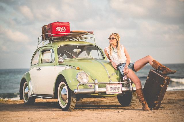 車で旅している女性の画像