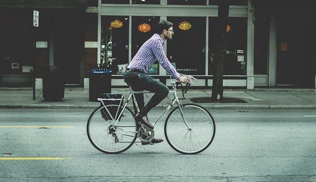 自転車で自由に生活している男性の画像