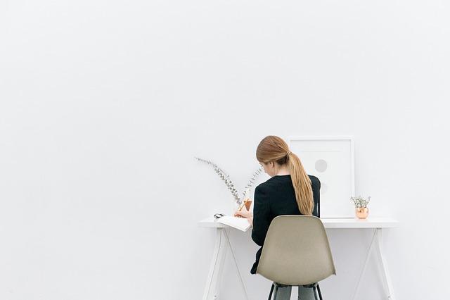 好きなことで仕事をしている女性の画像