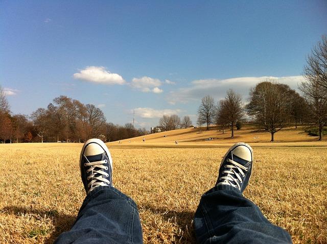 芝生に座っている男性の足元の画像