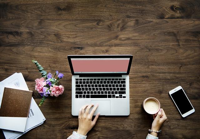 パソコンとコーヒーの画像