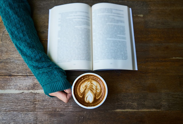 珈琲を飲んでいる女性の手元の画像