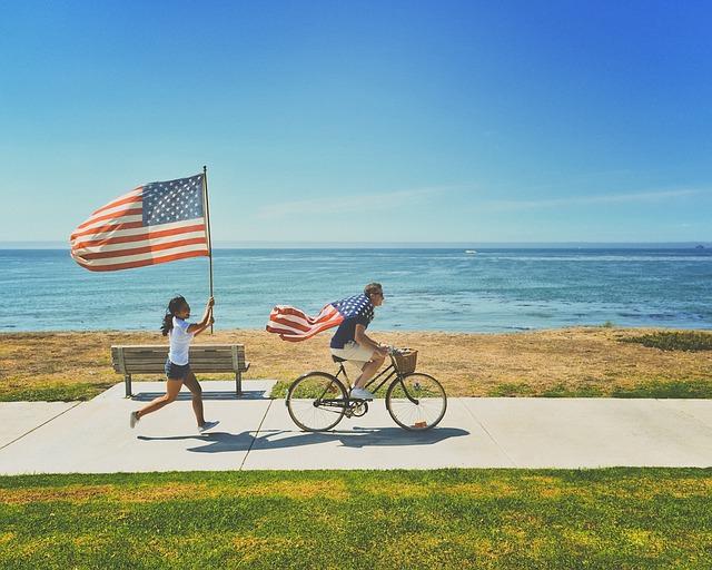 自転車を乗っている男性と走っている女性の画像