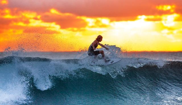 サーフィンをしている外人の画像