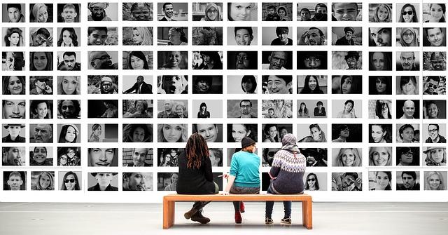たくさんの人の顔の写真とベンチに座る3人の男女の後ろ姿の画像